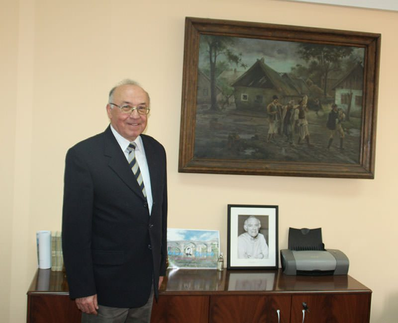 Žarko Ratković u svojoj kancelariji pored fotografije prijatelja Moma Kapora i slike Paje Jovanovića (Foto: Slobodna Hercegovina)