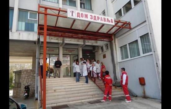 Запослени у Дому здравља Требиње одржали штрајк упозорења