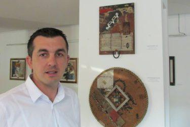 """""""Дијалог са материјалом"""" у Невесињу: Отворена изложба сликара Драгана Батинића"""