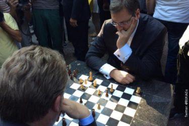 ОПУШТЕНО У БЕОГРАДУ: Вучић и Изетбеговић стигли да одиграју и партију шаха на Калемегдану!