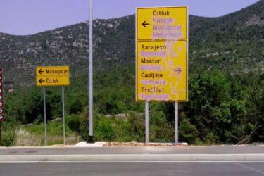 ВАНДАЛИЗАМ: Прецртана ћирилица на саобраћајним знаковима у западној Херцеговини