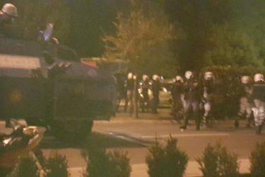 ХАОС У ПОДГОРИЦИ: Ухапшен Андрија Мандић, испаљен сузавац, бачене шок бомбе, полиција пуца из хамера …! (ВИДЕО)