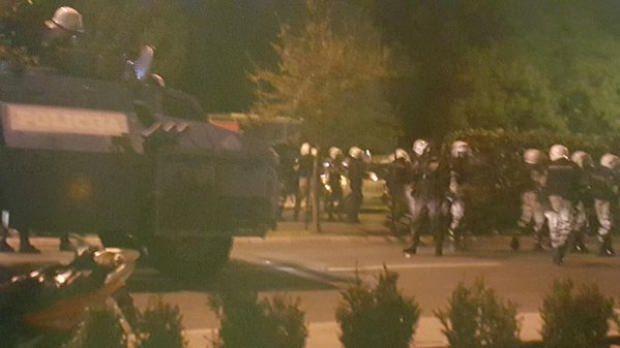 ХАОС У ПОДГОРИЦИ: Ухапшен Андрија Мандић, испаљен сузавац, бачене шок бомбе, полиција пуца из хамера ...! (ВИДЕО)