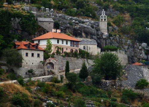 СРБИ НИСУ УСТАВНА КАТЕГОРИЈА: Равно одбија да врати дио имовине манастиру Завала (ВИДЕО)