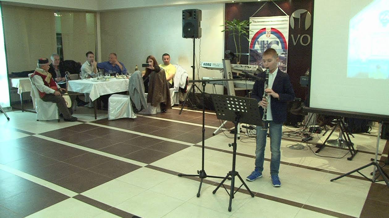 Војин Лазаревић на кларинету изводи сплет игара из Студенице