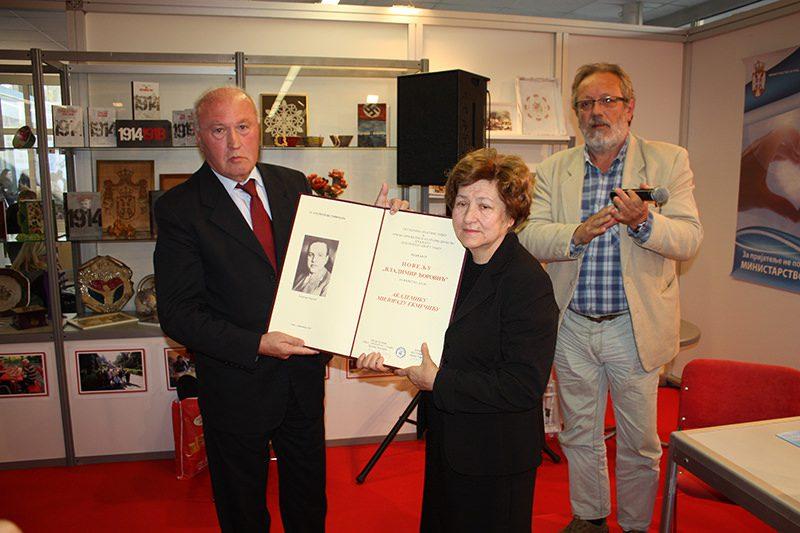 Светозар Црногорац уручује награду Милени Екмечић