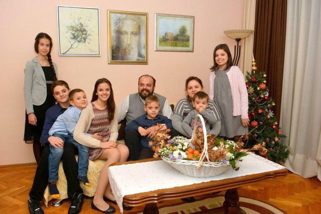 Божић у породици мостарског пароха Радивоја Круља: Дом испуњен љубављу и радошћу
