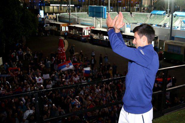 НОЛЕ, МИ ТЕ ВОЛИМО: Српски навијачи прекинули шампионски интервју (ВИДЕО)
