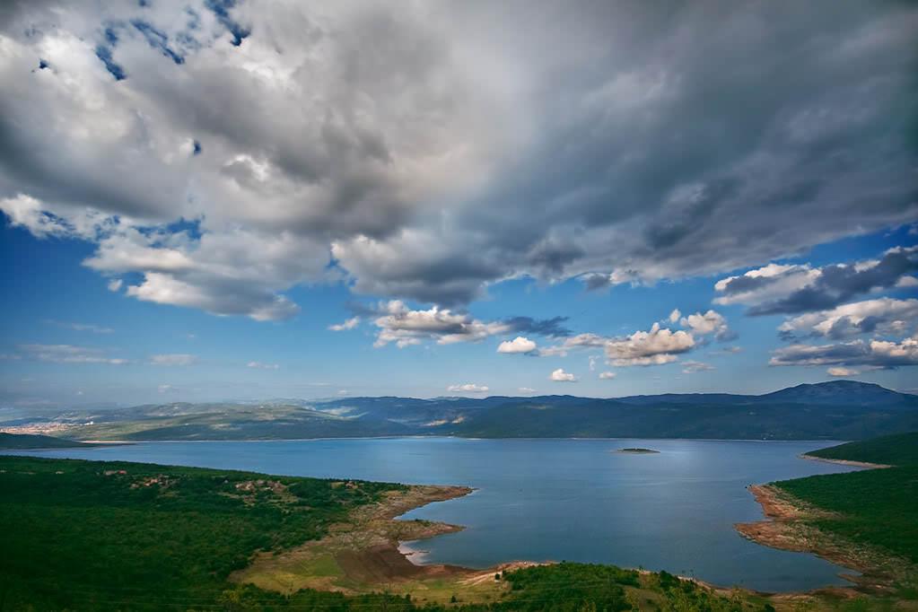 БЕЗ МАСКЕ: Случајни пролазник крај Билећког језера и његова порука