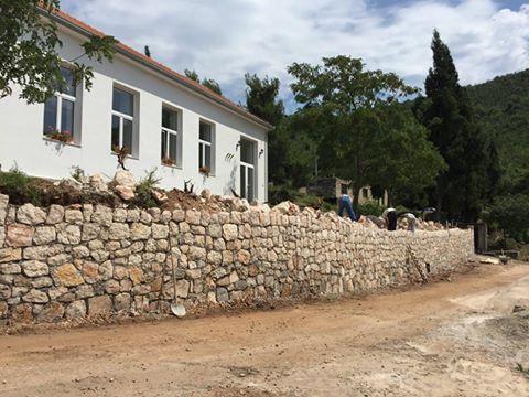 ПОДИГНИМО ПРЕБИЛОВЦЕ: Потпорни зид испод Дома Светог Краља Милутина у Пребиловцима (ФОТО)