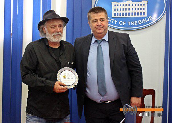 """Славко Вучуревић уручио награду """"Златни платан"""" Раду Шербеџији"""