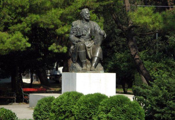 100 ЕВРА ЗА СЕЛФИ СА ЊЕГОШЕМ: Како црногорски комуналци пуне буџет