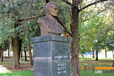 ПРОТЕСТИ УЗАЛУДНИ: У требињском парку освануо бронзани Владо Шегрт
