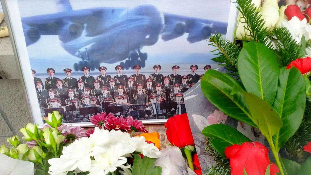 СРБИЈА ПАМТИ: Цвијеће и свијеће за страдалу руску браћу
