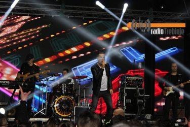 СПЕКТАКЛ У БРЕГОВИМА: Жељко Јоксимовић увео Требињце у Нову годину (ВИДЕО)