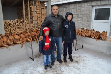 ХЕРЦЕГОВАЧКИ БОЖИЋ БАТА: Милан Зуровац и ове године поклонио божићне печенице