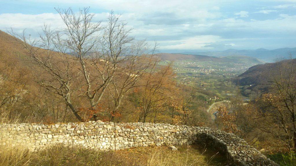 Са зидина града Раса,  кличе вила из свег` гласа!