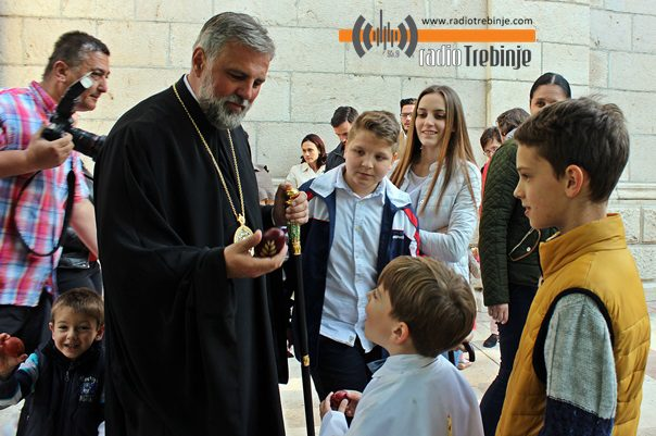 ВАСКРС: Владика Григорије служио литургију у Требињу