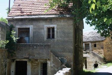 САЧУВАНА УСПОМЕНА НА ВОЈВОДУ ЂУЈИЋА: Брат Бошко откупио родну кућу у селу Топоље код Книна