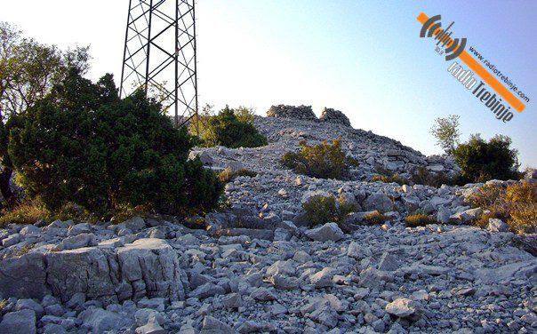 Мноштво неистражених локалитета и објеката древних градина, грађених од слаганог камена без везива, старих до 3.000 година налазе се у околини Требиња.