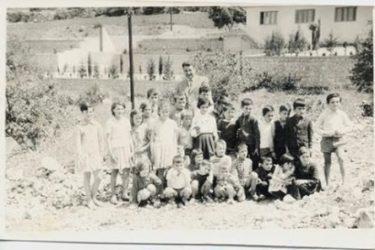 ПРЕБИЛОВЦИ 1964. ГОДИНА: Ђаци са учитељом Ћетком Копривицом