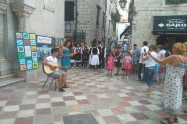 TRG PRAVOSLAVLJA U KOTORU: Slike mladih Hercegovaca oduševile turiste sa svih kontinenata (FOTO)