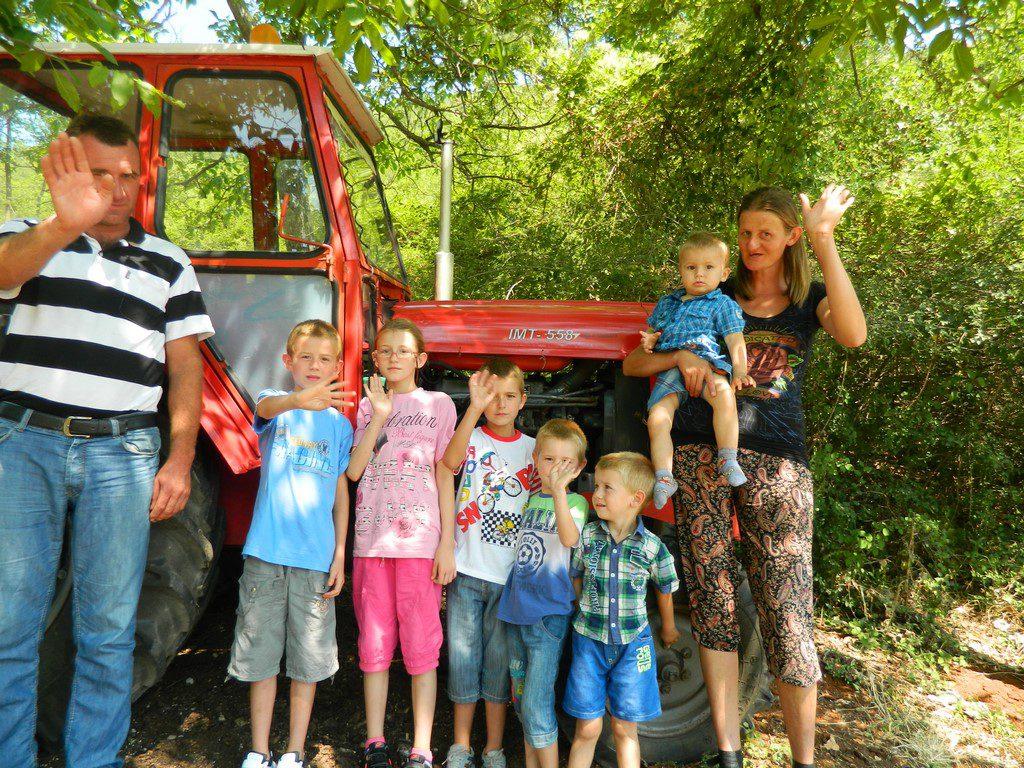 Traktor uručen Popovcima u blizini Trebinja