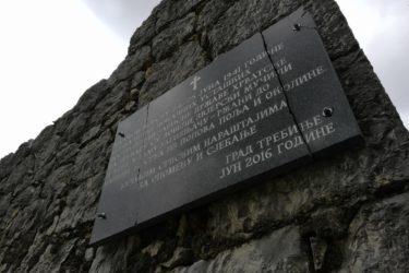"""ПОЛИЦИЈА: Спомен-плочу у Котезима оштетило """"помјерање зида или презатегнути шарафи"""""""