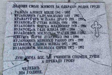 VANDALIZAM U ČELEBIĆIMA: Polomljena spomen ploča sa imenima stradalih Srba 1992. godine