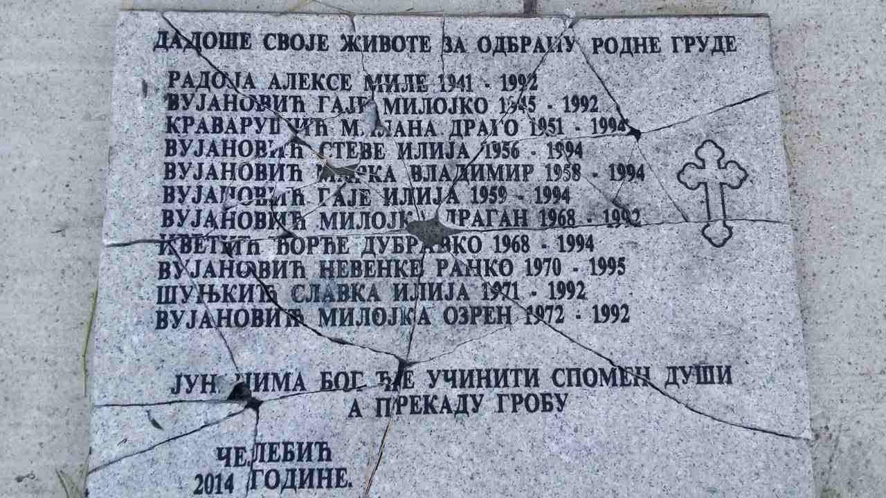ВАНДАЛИЗАМ У ЧЕЛЕБИЋИМА: Поломљена спомен плоча са именима страдалих Срба 1992. године