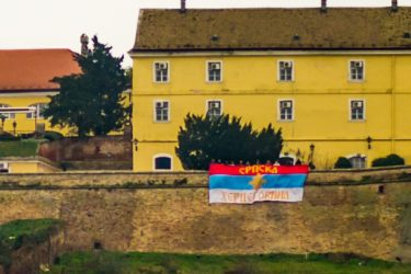 ИСТОРИЈА ГРАНДИОЗНЕ ЗАСТАВЕ: На Петроварадинској тврђави завијорио се барјак са натписом СРПСКА ХЕРЦЕГОВИНА