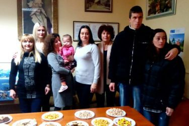 """Narodna biblioteka """"Vladimir Gaćinović"""" novogodišnjim paketićima obradovala mališane iz udruženja """"Vedar osmijeh"""""""