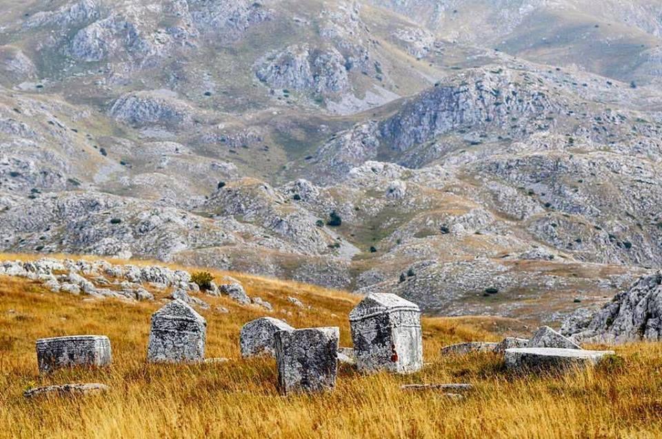 ДР ГОРАН КОМАР ЗА СХ: Стећак је окамењени српски жал за Православном ромејском цивилизацијом
