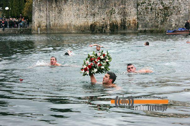 ТРЕБИЊЕ: Никола Љешковић, побједник богојављенског пливања за Часни крст