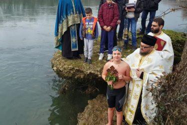 БОГОЈАВЉЕЊЕ У МОСТАРУ: Дјечак Павле Комлен најбржи у Неретви