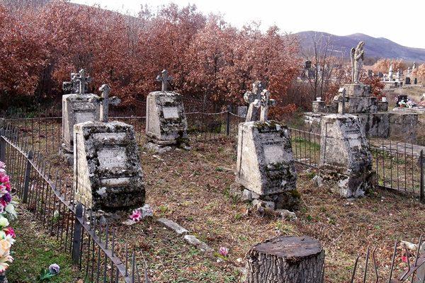 Оживјеле сјенке над руским гробљем у Билећи