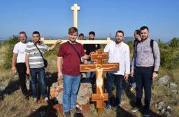 СНД ПРЕБИЛОВЦИ: Постављен крст на Краварици и положено цвијеће у Неретву