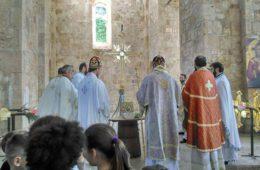 ИСТОРИЈСКИ ДАН ЗА МОСТАРСКЕ СРБЕ: Освештани златни крстови на куполама Саборног храма Свете Тројице (ФОТО)