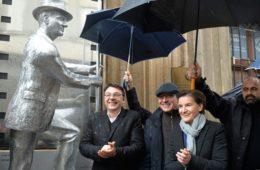 ПОНОСАН НА СВОЈЕ БИЛЕЋКЕ КОРИЈЕНЕ: Откривен споменик Карлу Малдену испред Југословенске кинотеке