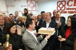 TREBINJE SLAVI GRADONAČELNIKA: Mirko Ćurić uz rođendansku tortu i šampanjac proslavio ubjedljivu izbornu pobjedu (VIDEO)