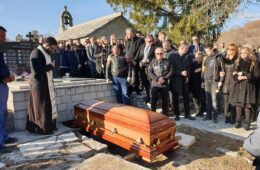 """НЕКА ТИ ЈЕ ЛАКА ЗЕМЉА ХЕРЦЕГОВАЧКА: Посљедњи поздрав уз """"Бесмртну песму"""" - Мирко Бутулија сахрањен на Моску"""