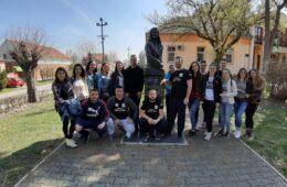 Млади Херцеговци поклонили се испред споменика Саве Владиславића у Сремским Карловцима