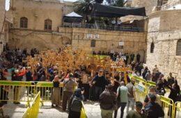 ПЈЕСМА О КОСОВУ ОДЈЕКУЈЕ СВЕТОМ ЗЕМЉОМ: Срби сложно у Јерусалиму обиљежили Велики петак (ВИДЕО)