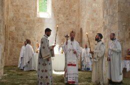 СРБИ ПРОСЛАВИЛИ ТРОЈЧИНДАН У МОСТАРУ: Владика Димитрије служио литургију у Саборној цркви