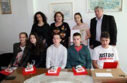 Фондација браће Петровић и ове године наградила ђака генерације школе у Полицама