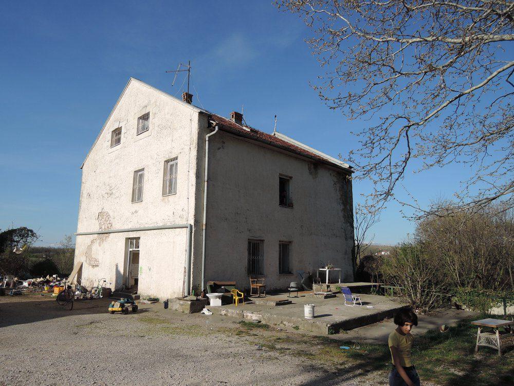 Објекат Дуванске некадашње станице Домановићи, у коме су Срби затварани, мучени, убијани и са пребијеним раменима вођени на јаме и друга. губилишта. Насељен је Ромима скитицама. Снимак из 2015