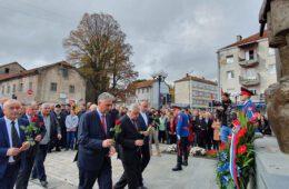 СКАНДАЛ НА СЛАВИ У НЕВЕСИЊУ: Борци цијепали књижице, глумци из Београда напустили свечаност