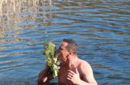БОГОЈАВЉЕЊЕ У ПРЕБИЛОВЦИМА: Небојша Домазет први допливао до Часног крста на језеру Шкрка