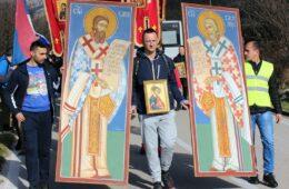 На хиљаде Херцеговаца у молитвеном ходу кренуло из Мркоњића (ФОТО)