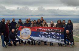 ЗАИГРАЈ, ЗАПЕВАЈ У НЕВОЉИ ПОМАГАЈ: Млади Херцеговци из Новог Сада одиграли хуманитарну представу у Вршцу